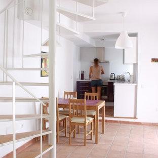 Ejemplo de comedor de cocina mediterráneo, pequeño, con paredes blancas y suelo de baldosas de terracota