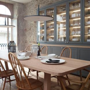 Diseño de comedor tradicional renovado, grande, con paredes grises, suelo de madera en tonos medios y suelo beige