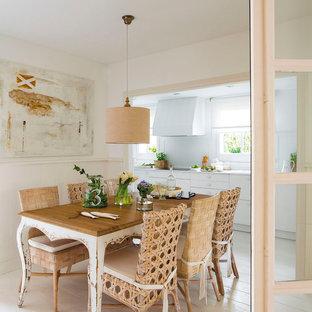 Diseño de comedor de cocina costero, de tamaño medio, con paredes beige, suelo de madera clara y suelo beige