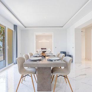 Imagen de comedor contemporáneo, cerrado, sin chimenea, con paredes blancas y suelo blanco