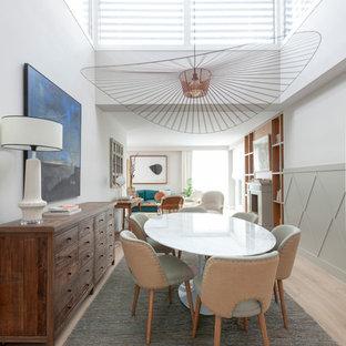 Diseño de comedor nórdico, abierto, sin chimenea, con paredes blancas y suelo de madera clara