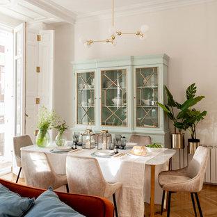 Modelo de comedor clásico renovado, grande, abierto, con paredes blancas, suelo de madera en tonos medios y suelo marrón