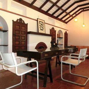 Idee per una sala da pranzo rustica di medie dimensioni con pareti bianche, camino classico, cornice del camino in mattoni e pavimento in terracotta