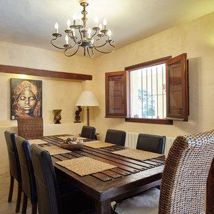 Ejemplo de comedor mediterráneo, cerrado, sin chimenea, con paredes beige y suelo beige