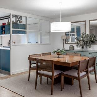 Diseño de comedor de cocina contemporáneo, de tamaño medio, con paredes blancas y suelo beige