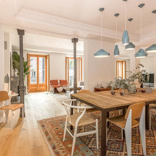 Diseño de comedor ecléctico, grande, cerrado, sin chimenea, con paredes blancas, suelo de madera en tonos medios y suelo marrón