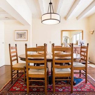 Ispirazione per una sala da pranzo chic chiusa e di medie dimensioni con pareti rosa, pavimento in laminato, nessun camino e pavimento marrone