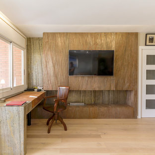 Modelo de comedor tropical, de tamaño medio, cerrado, con paredes grises, suelo de madera clara, chimenea lineal y suelo blanco