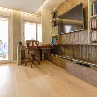 Ejemplo de comedor tropical, de tamaño medio, cerrado, con paredes grises, suelo de madera clara, chimenea lineal y suelo blanco