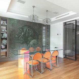 Imagen de comedor actual con paredes blancas, suelo de madera en tonos medios y suelo marrón