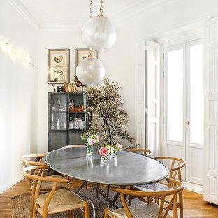 Ejemplo de comedor nórdico, abierto, sin chimenea, con paredes blancas, suelo de madera en tonos medios y suelo marrón