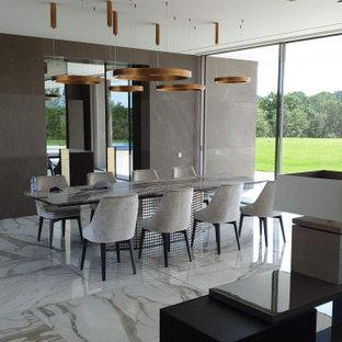 Diseño de comedor actual, grande, abierto, con paredes grises y suelo gris