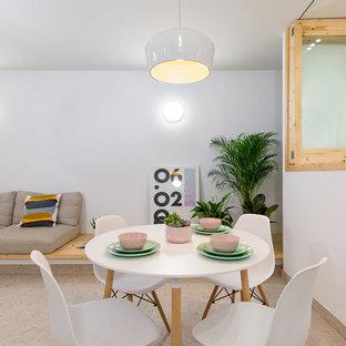 Diseño de comedor nórdico, abierto, con paredes blancas y suelo beige