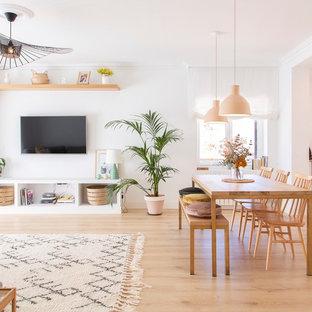 Imagen de comedor actual, grande, con paredes blancas, suelo de madera clara y suelo beige