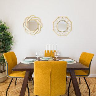 Imagen de comedor contemporáneo con paredes beige, suelo de madera clara y suelo beige