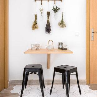 Ejemplo de comedor tropical, pequeño, sin chimenea, con paredes blancas y suelo multicolor