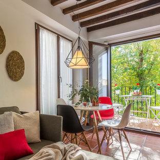 Ejemplo de comedor clásico renovado, pequeño, abierto, con paredes blancas, suelo de baldosas de terracota y suelo marrón