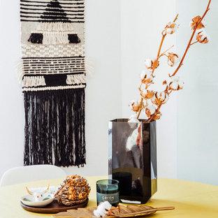 Imagen de comedor de cocina romántico, pequeño, con paredes blancas, suelo de madera en tonos medios y suelo marrón