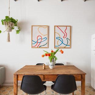Modelo de comedor mediterráneo, pequeño, abierto, sin chimenea, con paredes blancas y suelo multicolor