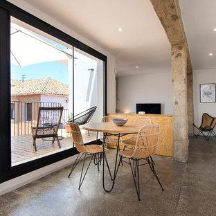 Foto de comedor urbano, abierto, con paredes blancas, suelo de cemento y suelo gris