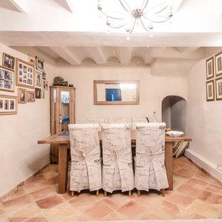 Foto de comedor mediterráneo, cerrado, con paredes blancas, suelo de baldosas de terracota y suelo marrón