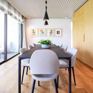 Ejemplo de comedor vintage, grande, cerrado, sin chimenea, con paredes blancas y suelo de madera en tonos medios