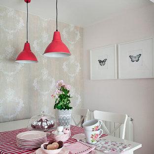 Réalisation d'une salle à manger style shabby chic de taille moyenne avec un mur rose, un sol en bois clair et aucune cheminée.