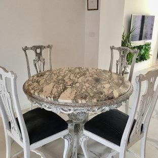 Immagine di una sala da pranzo aperta verso il soggiorno chic di medie dimensioni con pareti bianche, pavimento in gres porcellanato, nessun camino e pavimento bianco