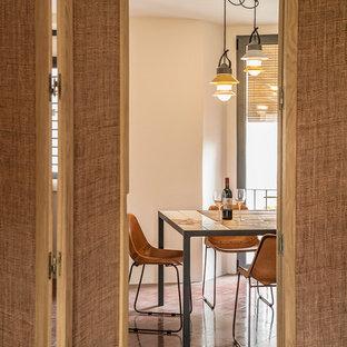 Diseño de comedor mediterráneo, pequeño, abierto, con paredes blancas y suelo de cemento
