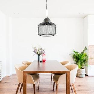 Foto de comedor nórdico, de tamaño medio, abierto, con paredes blancas, suelo de madera en tonos medios y suelo marrón