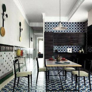 Foto de comedor de cocina sin chimenea con paredes grises y suelo multicolor