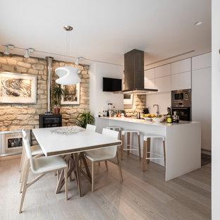 Sala da pranzo aperta verso la cucina con stufa a legna - Foto, Idee ...