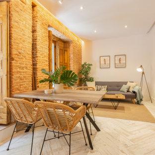 Immagine di una sala da pranzo tropicale con pareti bianche, parquet chiaro e pavimento beige