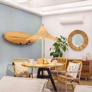 Modelo de comedor exótico con paredes grises, suelo de madera en tonos medios y suelo marrón