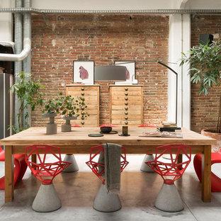 Imagen de comedor urbano, de tamaño medio, abierto, sin chimenea, con suelo de cemento y suelo gris