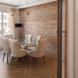 Diseño de comedor actual, abierto, con paredes blancas, suelo de madera en tonos medios y suelo beige
