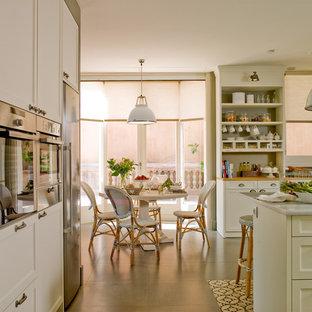 Ispirazione per una sala da pranzo aperta verso il soggiorno country di medie dimensioni con pareti bianche, pavimento con piastrelle in ceramica e nessun camino