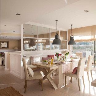 Imagen de comedor campestre, de tamaño medio, abierto, con paredes beige, suelo de madera clara y suelo beige