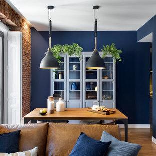 Diseño de comedor tradicional renovado, abierto, sin chimenea, con paredes azules y suelo de madera en tonos medios