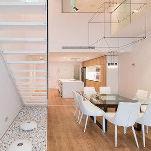 Foto de comedor de cocina contemporáneo, grande, con paredes blancas, suelo de madera clara y suelo marrón