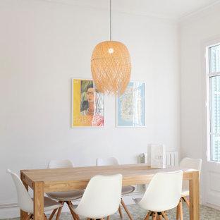 Imagen de comedor contemporáneo con paredes blancas y suelo multicolor