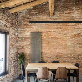 Ejemplo de comedor madera y ladrillo, industrial, grande, ladrillo, con paredes marrones, suelo gris y ladrillo