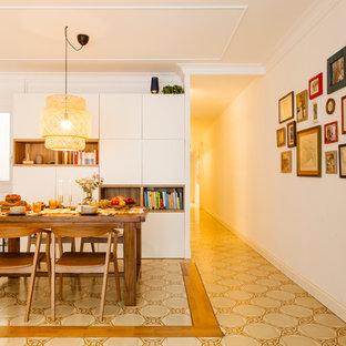 Diseño de comedor escandinavo con paredes blancas y suelo beige