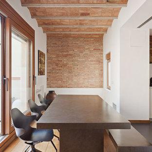 Diseño de comedor de cocina mediterráneo con paredes blancas, suelo de madera en tonos medios y suelo marrón