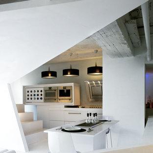 Foto de comedor actual, abierto, con paredes blancas