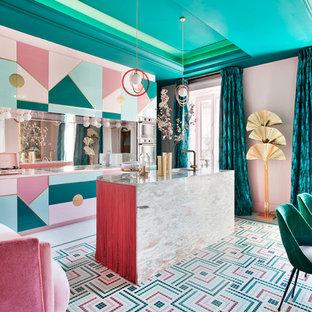 マドリードの巨大なエクレクティックスタイルのおしゃれなダイニングキッチン (マルチカラーの床、ピンクの壁) の写真