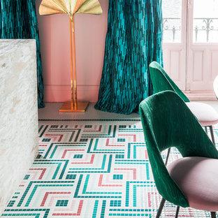 Свежая идея для дизайна: огромная кухня-столовая в стиле фьюжн с розовыми стенами и разноцветным полом - отличное фото интерьера