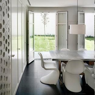 Foto de comedor moderno, de tamaño medio, abierto, con paredes blancas, suelo de mármol y suelo negro