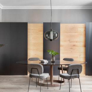 Ejemplo de comedor contemporáneo, cerrado, con paredes grises, suelo de madera clara y suelo beige