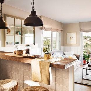 Foto de comedor mediterráneo, pequeño, abierto, con paredes beige, suelo de madera clara y suelo beige